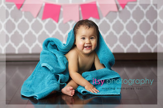 Newborn photographer, baby photography, infant photography, one year old girl, studio photography, cake smash, grey wallpaper backdrop, pink banner, baby bathtub, bath time, blue towel