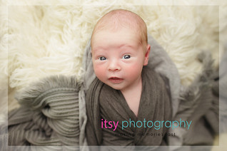Newborn photographer, baby photography, infant photography, newborn boy, white flokati, grey wrap, baby wrapping, newborn posing ideas, eyes open