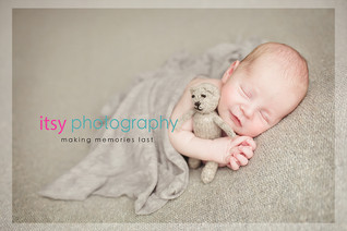 Newborn photographer, baby photography, infant photography, newborn boy, baby wrapping, newborn posing ideas, cream backdrop, grey wrap, teddy bear, smile