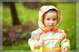 Family photographer, baby photographer, girl, out door, rainy day, striped rain coat,