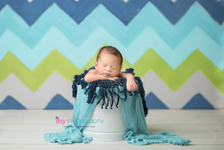 newborn photographer, baby photography, infant photography, newborn boy, head on hands pose, newborn posing ideas, zig zag wallpaper backdrop , blue blanket