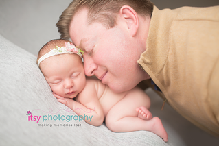 Newborn photographer, baby photography, infant photography, newborn girl, grey backdrop, details, headband, head on hands pose, newborn posing ideas, floral headband, dad