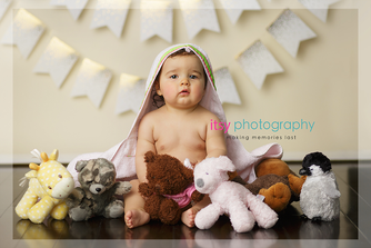 baby photographer, newborn photographer, infant photographer, dc photographer, 1 year old one year old posing ideas, stuffed animals, white banner, cream backdrop, towel