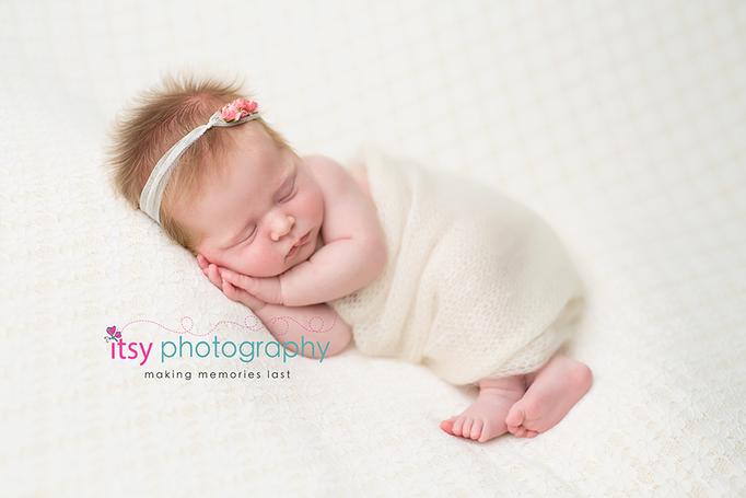 Newborn photographer, baby photography, infant photography, newborn girl, cream backdrop bow, head on hands pose, newborn posing,