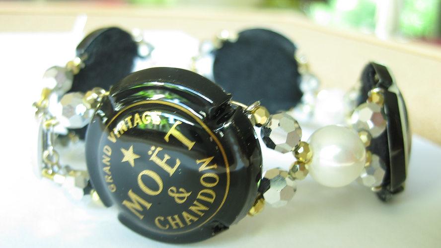 Armband mit Champagner Deckeln