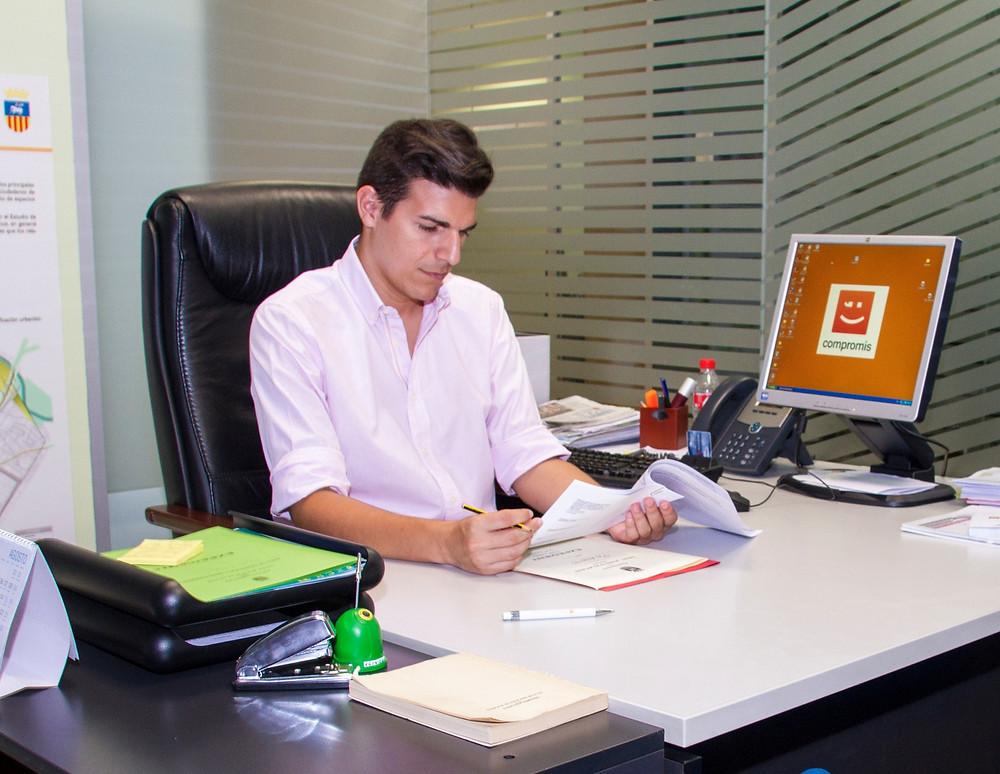 Sergio Agueitos al despatx d'Urbanisme