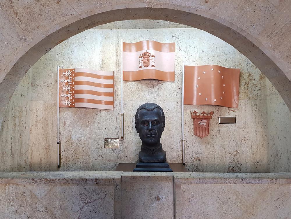 Busto del rey a la entrada del Ayuntamiento de Sant Joan d'Alacant