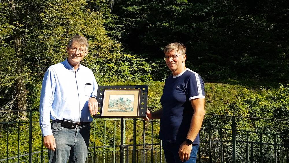 Auf dem Außengelände des Restaurants Wolfsbrunnen übergab Martin Jacob (l.) das Gemälde an Andreas Hauschild.
