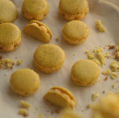 Macarrones de limón y pistacho hechos con harina de almendras con cáscara.