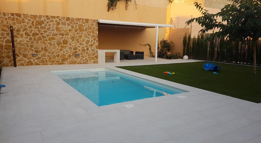 Ejecución de exteriores y piscina gresite blanco, en Otura, Granada.