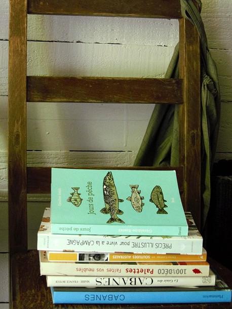 livres posés sur chaise  l