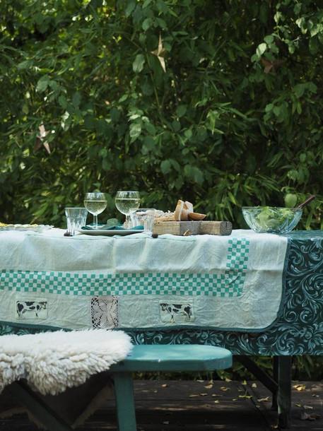 table sur la terrasse de la cabane