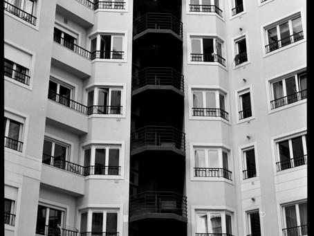 Das janelas às varandas entra um pouco de liberdade