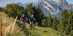 zwei-radfahrer-auf-der-heidiland-bike-to