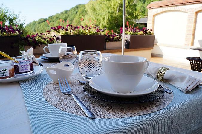Petits déjeuners gourmands servis en terrasse B&B Edenswing séjour en chambres d'hôtes de charme avec piscine à Meursault