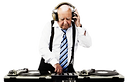 mannelijke senior dj met koptelefoon op achter draaitafel