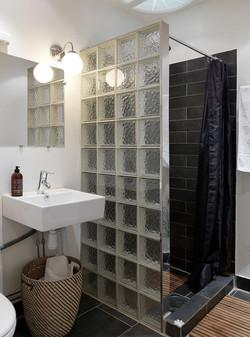 luksfery-w-lazience, ściana do prysznica