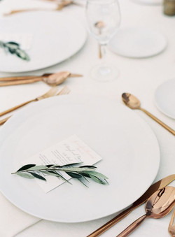 27-modern-table-setting-with-copper-tabl