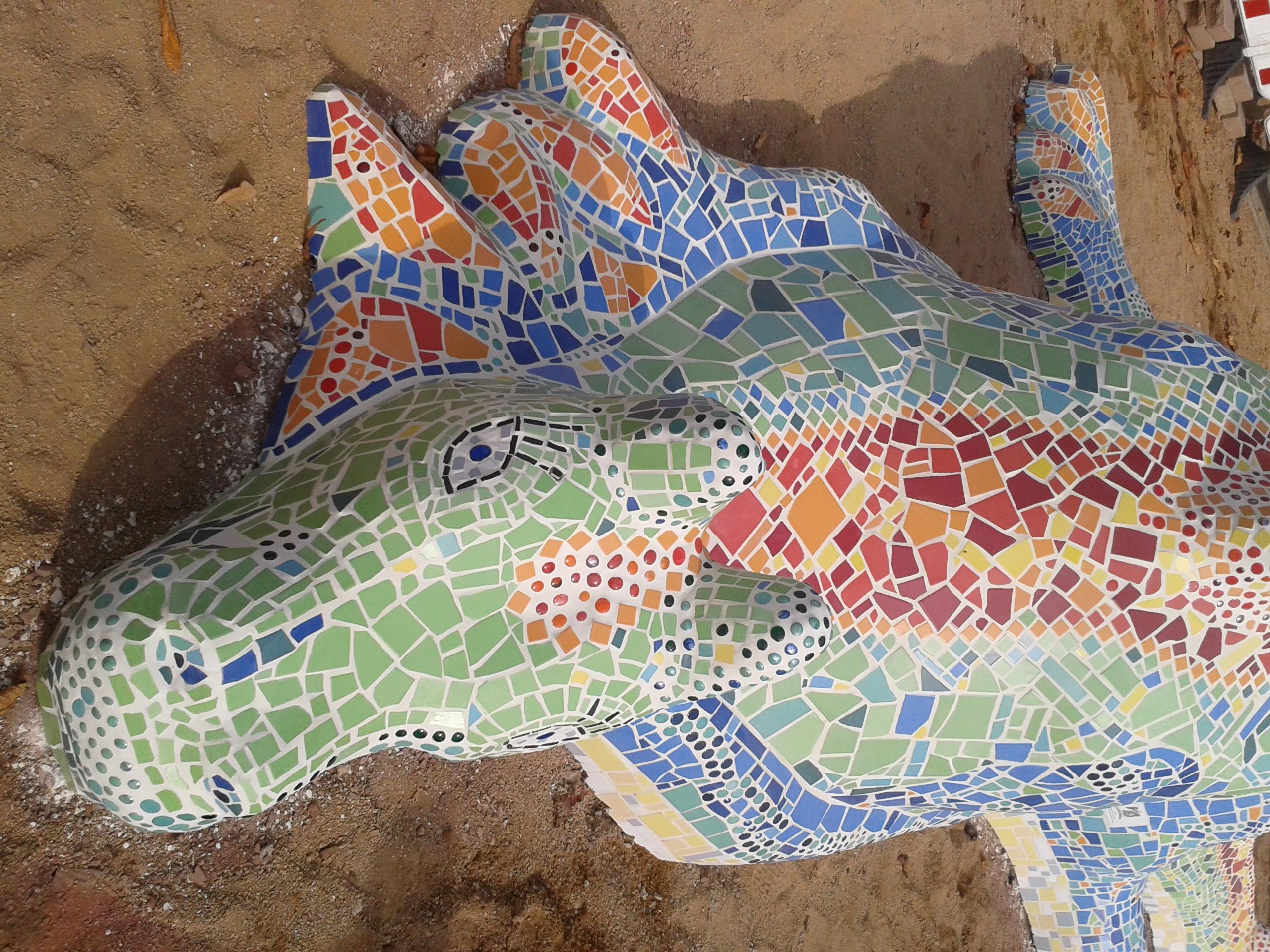 Drache in Beton und Mosaik