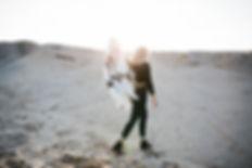 Fille marchant dans le désert