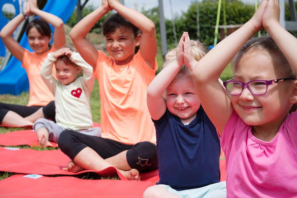Kinder unterschiedlichen Alters meditieren zusammen