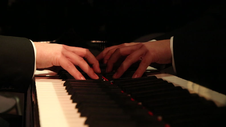 mains piano.jpg
