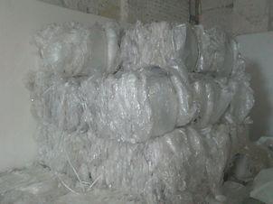 Такая пленка применяется для упаковывания различных продуктов и товаров