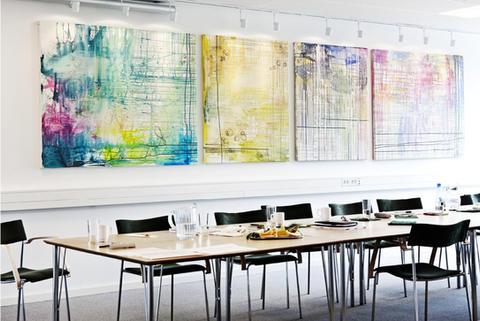 Møderum hos Forbrugerkontakt. Malerierne måler tilsammen 5 meter i længden