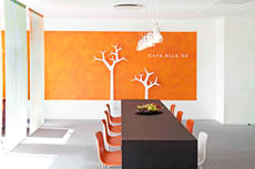 Forbrugerkontakt - design og udsmykning af Lounge og mødeområde. Opgaven indeholder: design af mødebord, ide og design af rumdeler (silkebanner), møbler, farver og lyssætning.