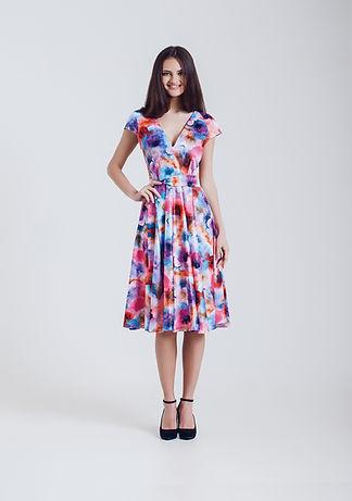 Modelo de manera en vestido de flores