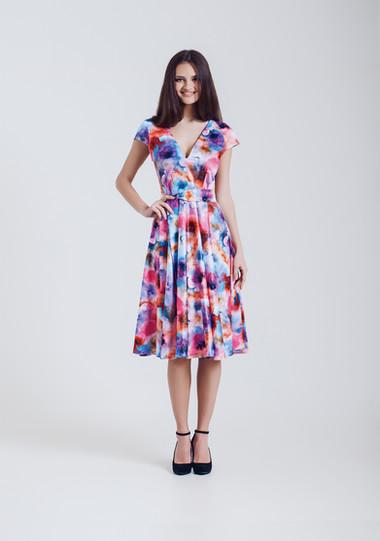 Modelo de forma no vestido florido