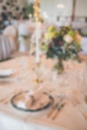 Festdukning: Kristallglas, mässingsljusstakar, nysilverbestick, servettringar