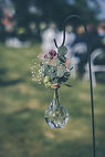 Dekoration bröllop, glasvas med bommor, altargång