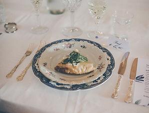 Bröllop: Blandat vintageporslin, nysilvebestick, kristalglas