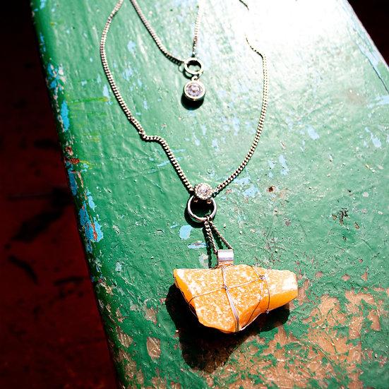 Colar Comprido de Metal Prateado com Cristal Calcita Laranja e Detalhe Farol