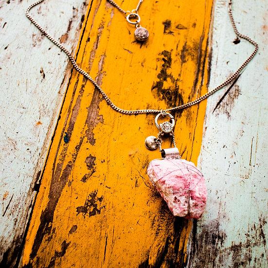 Colar Comprido de Metal Prateado com Cristal Rodonita e Detalhe Farol