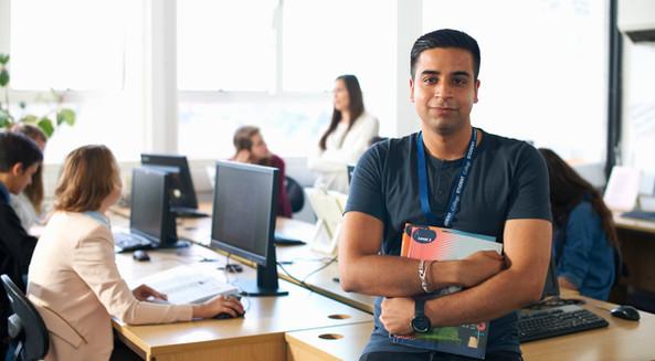 Profesor haciendo uso de herramientas de colaboración y aulas virtuales