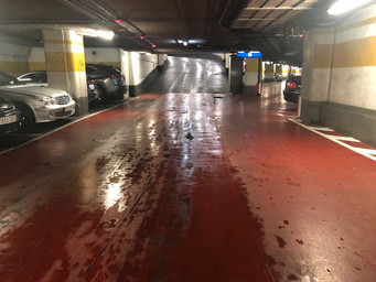 ¿Los pavimentos de los parkings de uso público deben ser antideslizantes?