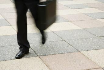 Normativas de resbaladicidad aplicables a las aceras y calles de tránsito peatonal.
