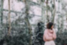 Kvinna i ett växthus
