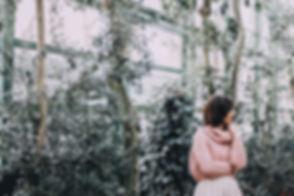 Kobieta w szklarni