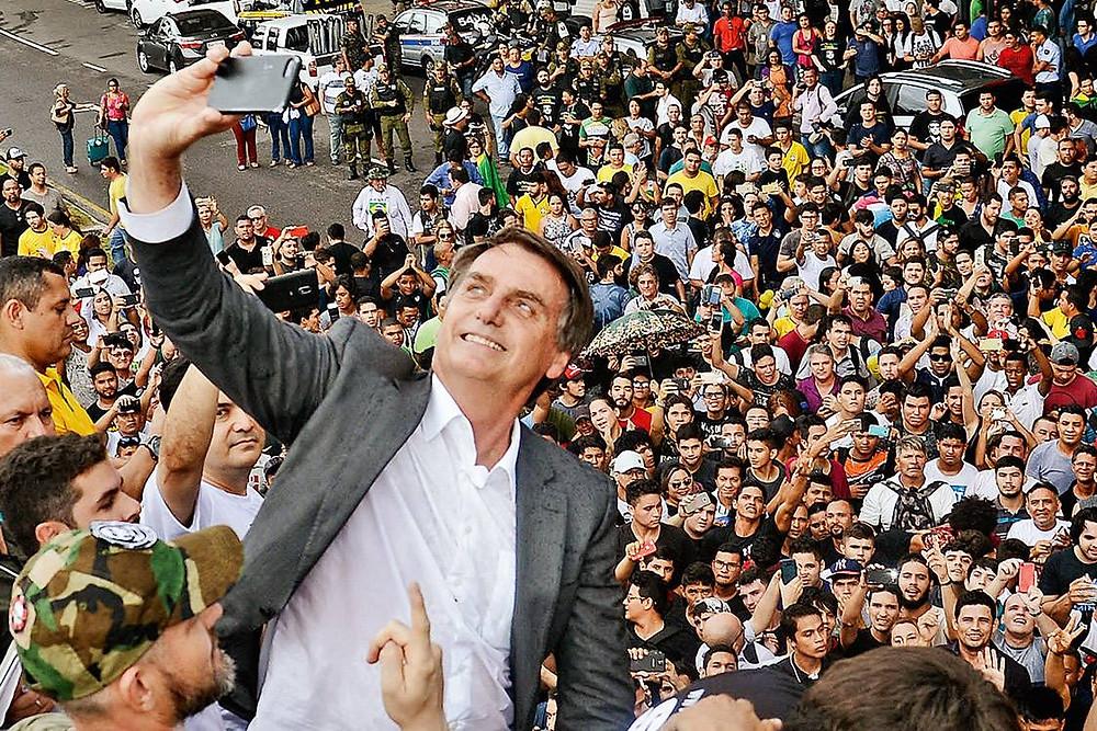 Jair Bolsonaro faz selfie com simpatizantes (Antônio Cocero/PhotoPress/Estadão Conteúdo)