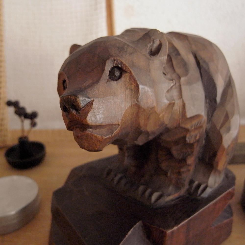 素晴らしい表情の木彫り熊