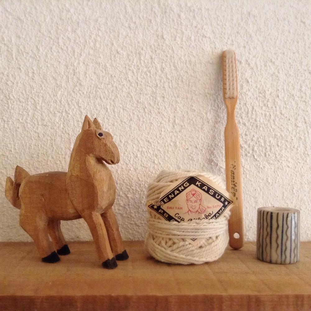 一刀彫りの馬、糸、ブラシ、謎の陶器