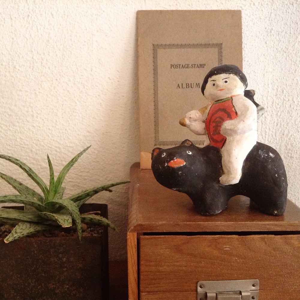 土人形の金太郎 クマの表情に注目