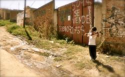 2Foto en frente de la Escuela