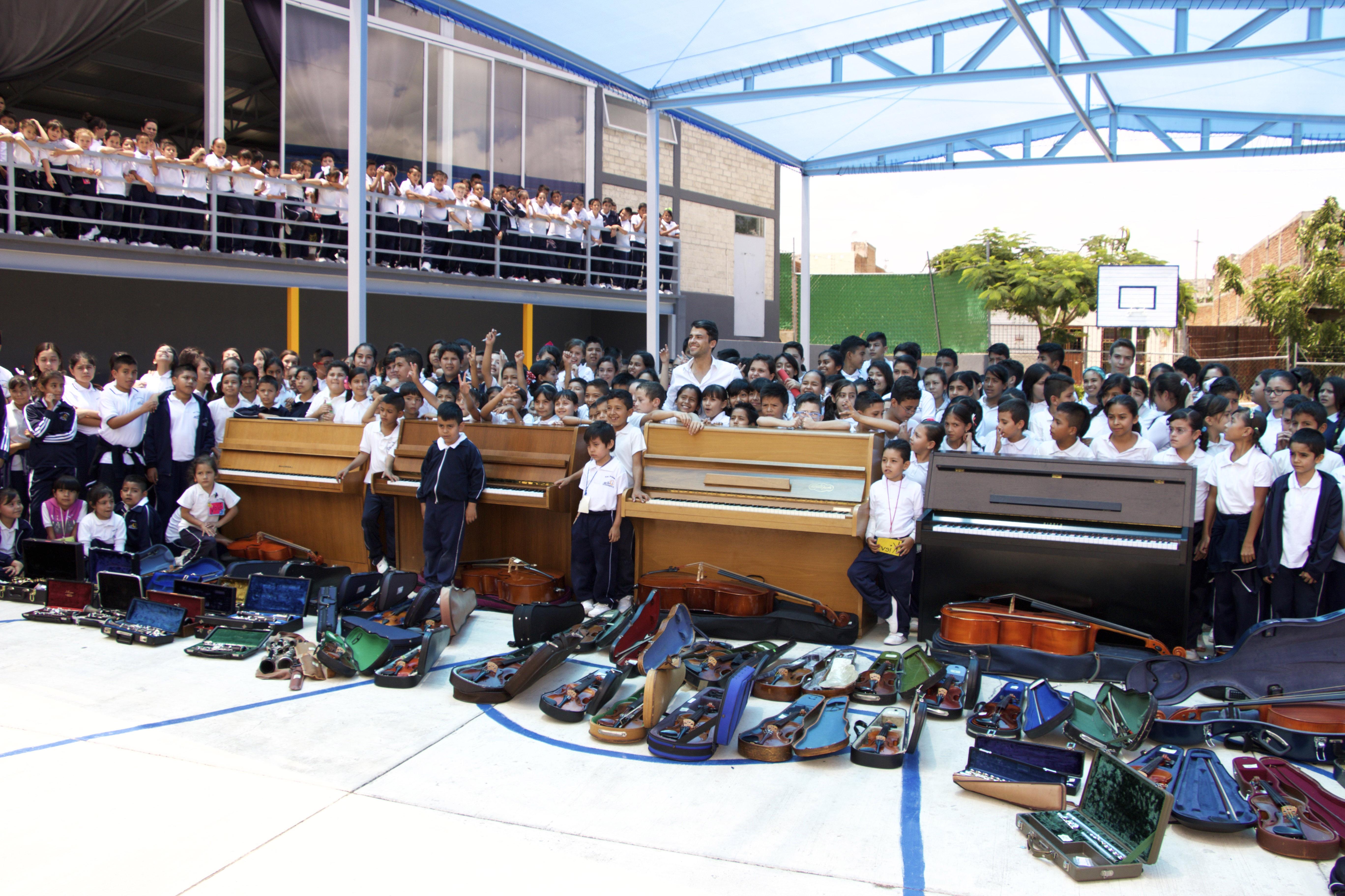 5Con los ninos de la Fundacion cuqndo llegaron los instrumentos