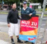 Carsten Ubbelohde beim Plakate aufhängen