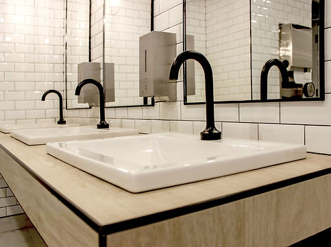 design de salle de bain contemporaine avec tuile blanche et plomberie noire. Black faucets and white subway tile in contemporary bathroom.