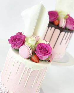 Cakes with white and dark drip sails macarons and roses 🌹 - Kakut suklaa ja valkosuklaa dripillä